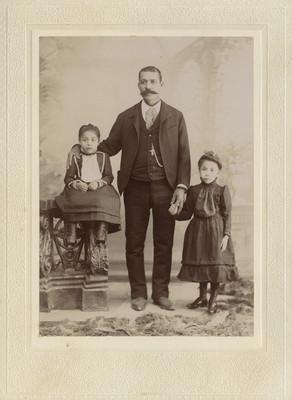 Padre con sus dos hijas, retrato familiar