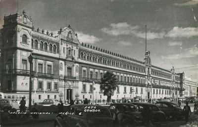 """Vista de """"Palacio Nacional"""", gente y automóviles frente al edificio"""