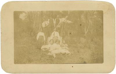 Retrato de una familia al aire libre