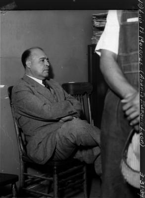 Luis N. Morones presenciando conflicto laboral de Eucario León en un salón
