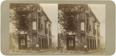 """Hombre al exterior de la """"Casa de Allende en Sn Miguel de Allende"""""""
