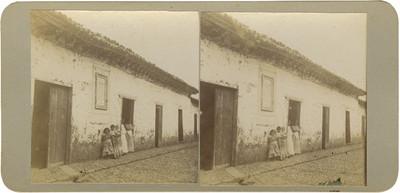 """Mujeres y niñas al exterior de la """"Casa en que nació el distinguido insurgente José Sixto Verduzco"""""""