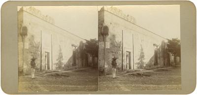 """Hombre frente a la """"casa donde se alojaron las tropas de [Miguel] Hidalgo en Aculco"""""""