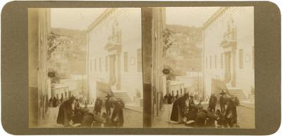 """Multitud reunida en la """"calle de Mendizábal a un costado de Granaditas"""""""