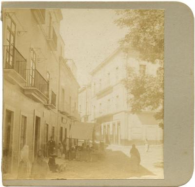 """Personas en una calle junto a la """"casa de la Dulcería"""""""