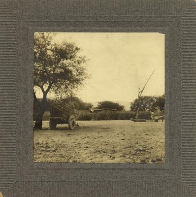 """Hombre trabaja la tierra en el """"Rancho de San Vicente"""""""
