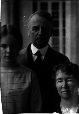 Dwight W. Morrow, embajador de Estados Unidos en México, con su esposa e hija
