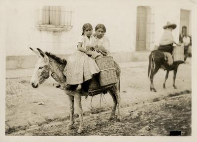Madre e hija montadas en un asno