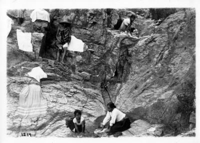 Lavanderas en un lugar rocoso