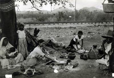 Mujeres hacen tortillas de comal