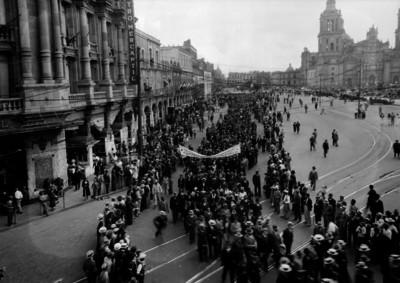 Manifestación obrera a su paso por la Catedral Metropolitana