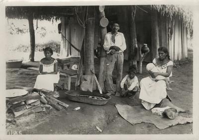 Familia indígena en el interior de su casa
