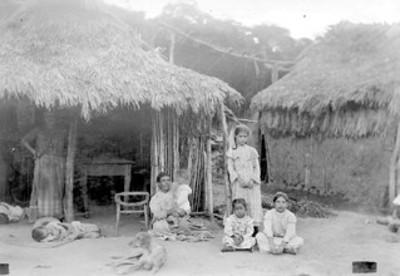 Familia campesina frente a su jacal