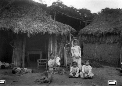 Familia campesina afuera de su jacal