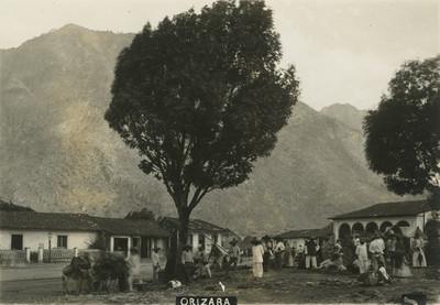 "Gente en la plaza de ""Orizaba"""