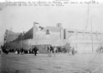 """Gente en el """"Lado poniente de la cárcel de Belem..."""""""