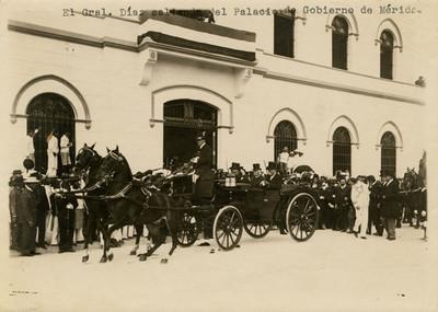 Porfirio Díaz sale del palacio de Gobierno de Mérida
