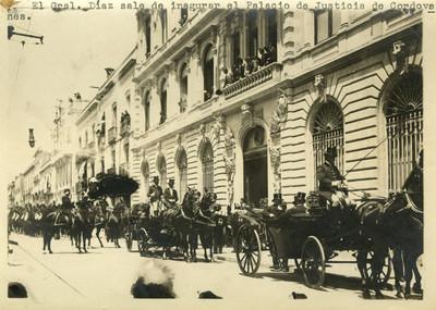 El Gral. Díaz sale de inagurar el Palacio de Justicia de Cordovanes