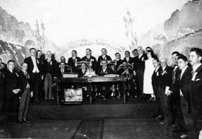 El presidente Obregón y el ministro de gobernación en la sesión que el congreso de ayuntamientos les ofreció en el Teatro Iris