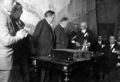 El presidente Obregón y Plutarco Elías Calles en la sesión que el Congreso de Ayuntamiento les ofreció en el teatro Iris
