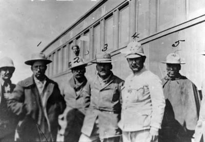 Los jefes revolucionarios Salvador Alvarado, F. Urbalejo, Plutarco Elias Calles, Álvaro Obregón, Francisco Bule y M. Martínez