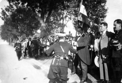 El presidente Álvaro Obregón en la entrega de banderas a las guardias presidenciales en el paseo de la Reforma