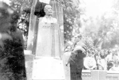 Emilio Portes Gil, descubriendo el busto de Álvaro Obregón en Mixcoac
