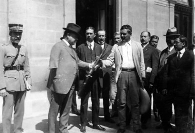 Álvaro Obregón y entrega rifle a un hombre