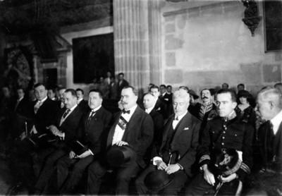 Álvaro obregón y meimbros de su gabinete en Catedral