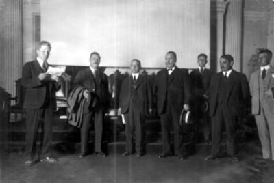 Alvaro Obregón y otros funcionarios durante la inauguración de la exposición industrial en la Escuela de Minería, retrato de grupo