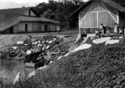 Mujeres y niños del Istmo cerca de un río