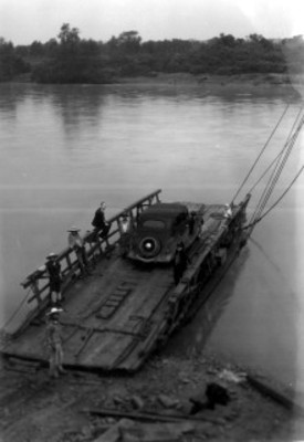 Hombres se diponen a trasladar autómovil a través de río