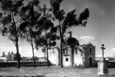 Vista del costado de una iglesia