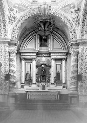 Vista interior de iglesia, altar religioso