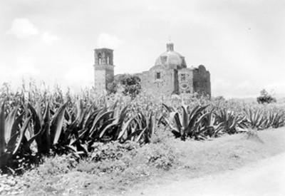 Vista posterior de torre y cúpula de iglesia