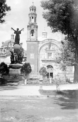Vista de iglesia y monumento dedicado a los Héroes de la Independencia