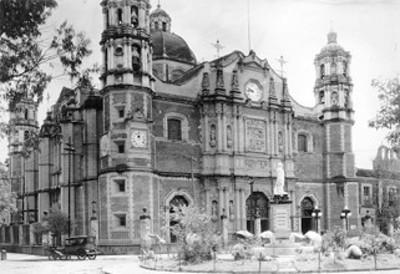 Vista de catedral y monumento