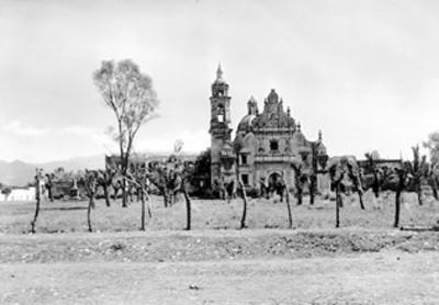 Panorámica de iglesia en un campo