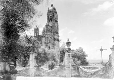Vista lateral de la torre de la Iglesia de Tepotzotlán