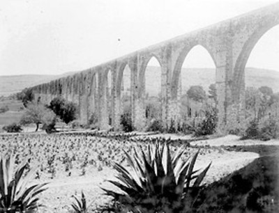 Mujer junto a Acueducto de Querétaro, paisaje