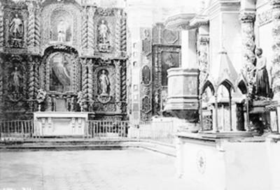 Vista de retablo en interior de iglesia
