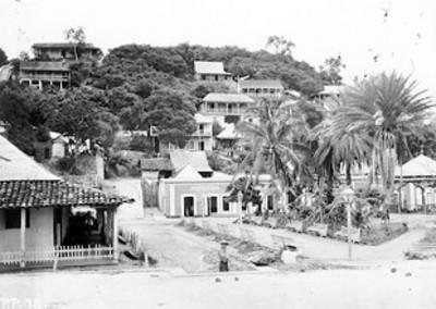 Plaza de un poblado en la costa