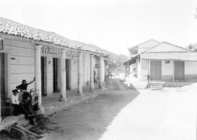 Vendedores ambulantes en los portales de un pueblo