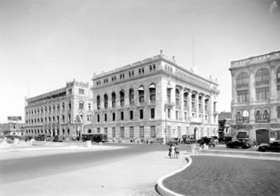 Vista del Palacio Postal y el Banco de México