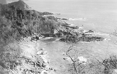 Formación rocosa junto al mar, panorámica