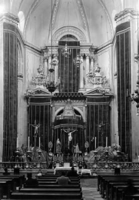 "Feligreses frente al altar del ""Templo de la Profesa"""