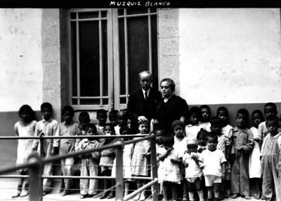 Manuel Muzquiz Blanco con su esposa y niños a los cuales les dan asistencia social en su casa, retrato de grupo