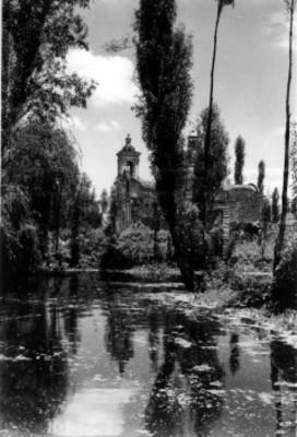 Iglesia a orillas de un lago, vista lateral