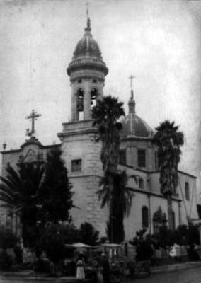 Campanario y cúpula de una iglesia, vista exterior