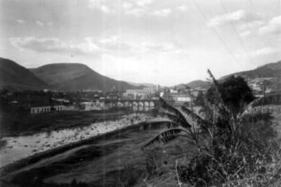 Vista de un puente y edificios en la Ciudad de Guatemala